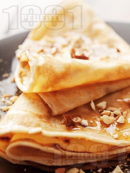 Палачинки с бърза смес (тесто) от кисело мляко, яйца и брашно поднесени с мед и орехи - снимка на рецептата